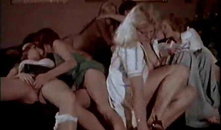 Ljepota sexfilme gr zadirkuje dude u položaju psećeg stila