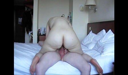 Prekrasna brineta puni svoju pičku ogromnim amatur sex film dildom