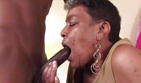 Prilična plavuša uzima perverse sexfilm s leđa