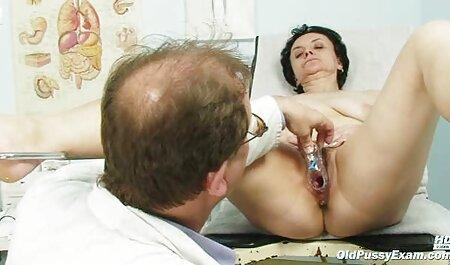 Mamine dvije sićušne sise dijele posebne older sex film igračke