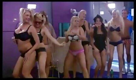 Foxy moli svog brutal pornofilm muškarca da se igra s njezinom guzom